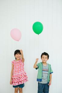風船を持って立つ男の子と女の子の写真素材 [FYI04039844]