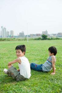 芝生の上に座る2人の男の子の写真素材 [FYI04039853]