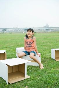 ダンボール箱に座る女の子の写真素材 [FYI04039859]