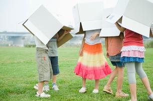 ダンボール箱を被る3人の女の子と2人の男の子の写真素材 [FYI04039862]