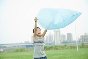 ビニール袋に空気を入れる男の子の写真素材 [FYI04039863]