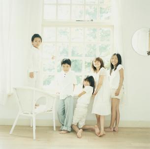 窓辺の3人の女の子と2人の男の子の写真素材 [FYI04039882]