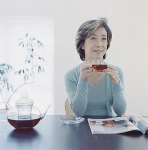 紅茶を飲むシニア女性の写真素材 [FYI04039892]