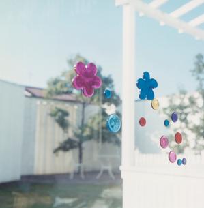 ガラス窓に貼られたシールの写真素材 [FYI04039898]