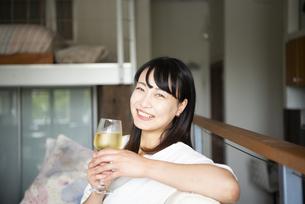 家でワインを飲んでいる女性の写真素材 [FYI04039924]