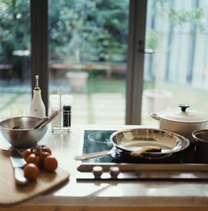 窓際のキッチンの写真素材 [FYI04039952]