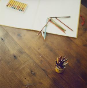画用紙とクレヨンと色鉛筆の写真素材 [FYI04039954]