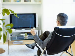 テレビをつける男性の写真素材 [FYI04039957]
