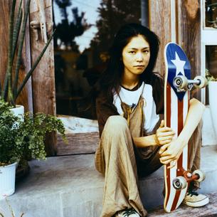 スケボーをもつ日本人女性の写真素材 [FYI04039998]