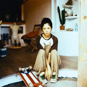 スケボーをもつ日本人女性の写真素材 [FYI04039999]