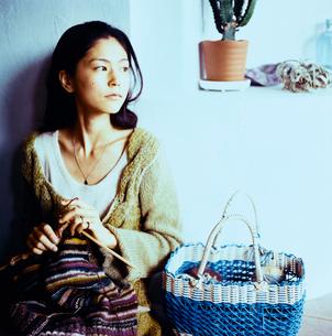 編み物をする日本人女性の写真素材 [FYI04040002]