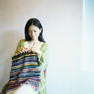 編み物をする日本人女性の写真素材 [FYI04040003]