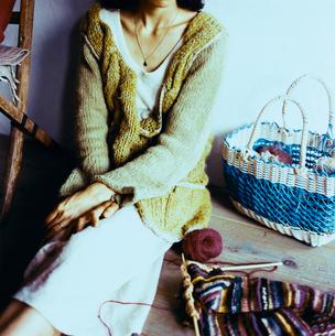 編み物をする日本人女性の写真素材 [FYI04040004]