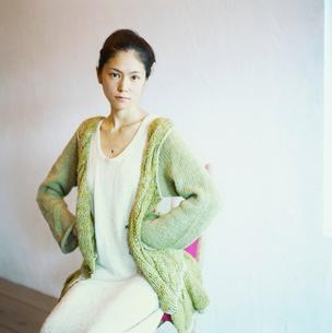 腰に手をあてる日本人女性の写真素材 [FYI04040006]
