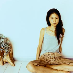 あぐらをかく日本人女性の写真素材 [FYI04040009]