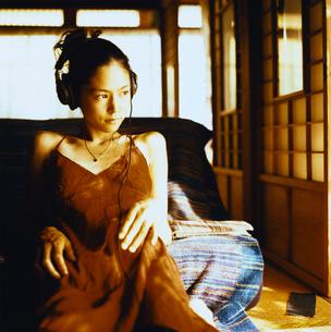 ヘッドホンで音楽を聴く日本人女性の写真素材 [FYI04040036]