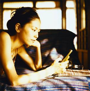 携帯をみる日本人女性の写真素材 [FYI04040037]