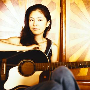 ギターを持つ日本人女性の写真素材 [FYI04040040]