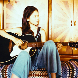 ギターを弾く日本人女性の写真素材 [FYI04040042]