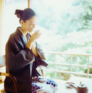 お茶を飲む浴衣姿の20代日本人女性の写真素材 [FYI04040044]