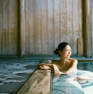 温泉に入る20代日本人女性の写真素材 [FYI04040050]