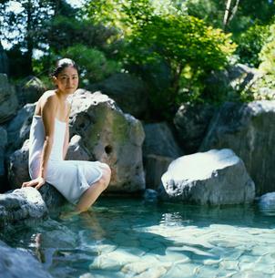 露天風呂に入る20代日本人女性の写真素材 [FYI04040055]