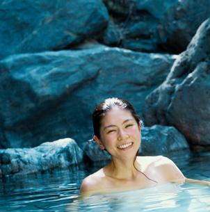 露天風呂に入る20代日本人女性の写真素材 [FYI04040057]