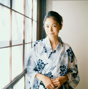 障子の前に立つ浴衣姿の20代日本人女性の写真素材 [FYI04040060]