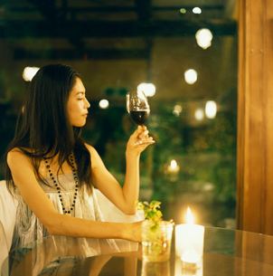 ワインを飲む20代日本人女性の写真素材 [FYI04040070]
