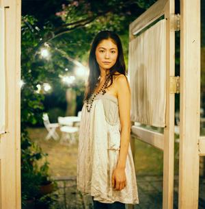 ドアの前に立つ20代日本人女性の写真素材 [FYI04040075]
