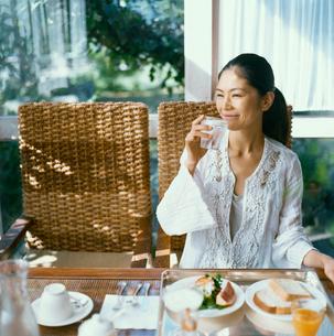 朝食をとる20代日本人女性の写真素材 [FYI04040078]
