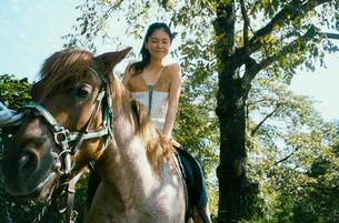 馬に乗る20代日本人女性の写真素材 [FYI04040081]