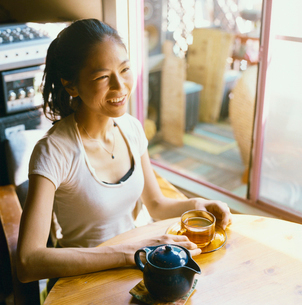 カフェでお茶を飲む20代日本人女性の写真素材 [FYI04040091]