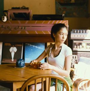 カフェでお茶を飲む20代日本人女性の写真素材 [FYI04040094]