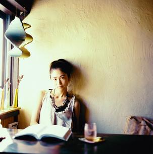 カフェで本を読む20代日本人女性の写真素材 [FYI04040095]