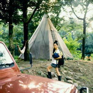 キャンプ場を歩く20代日本人女性の写真素材 [FYI04040103]