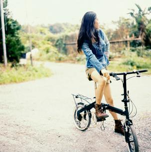 自転車に乗る20代日本人女性の写真素材 [FYI04040106]