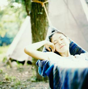 ハンモックに揺られる20代日本人女性の写真素材 [FYI04040107]
