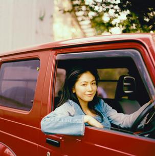 車に乗る20代日本人女性の写真素材 [FYI04040109]