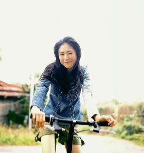 自転車に乗る20代日本人女性の写真素材 [FYI04040110]