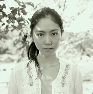 20代日本人女性のポートレートの写真素材 [FYI04040111]