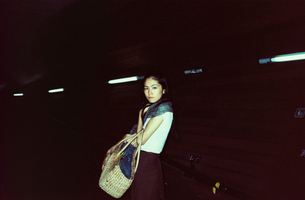 夜の20代日本人女性の写真素材 [FYI04040118]
