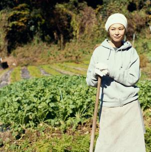 畑の中に佇む日本人女性の写真素材 [FYI04040125]