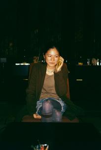 携帯電話で話す日本人女性の写真素材 [FYI04040136]