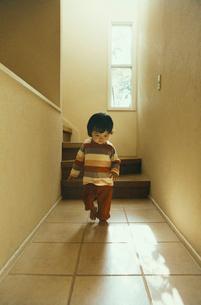 階段の前を歩く幼児の写真素材 [FYI04040159]