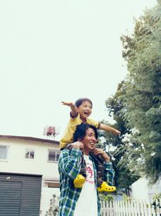 庭で男児を肩車する日本人の父の写真素材 [FYI04040179]