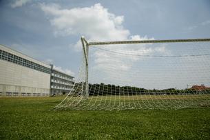芝生の校庭とサッカーゴールの写真素材 [FYI04040302]
