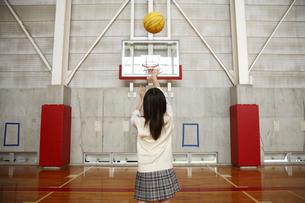 体育館でバスケットボールをする女子高校生の写真素材 [FYI04040326]