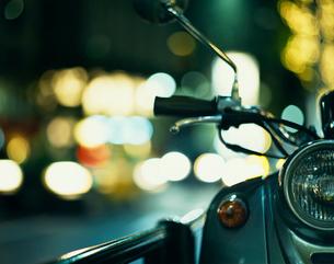 夜のバイクの写真素材 [FYI04040383]