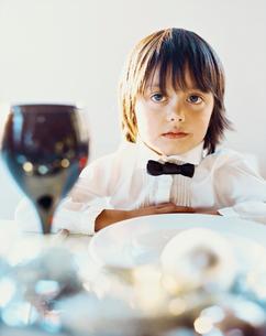 テーブルセットとハーフの男の子の写真素材 [FYI04040387]